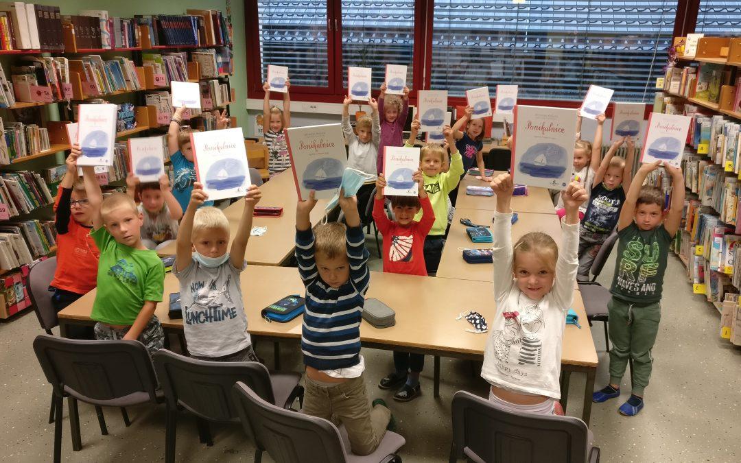 Prvošolci v šolski knjižnici